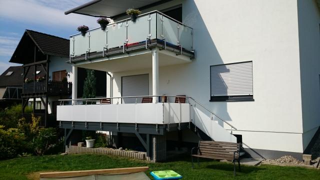 Sehr Balkon mit Unterbau unter Verwendung eines Edelstahlgeländers mit RG63