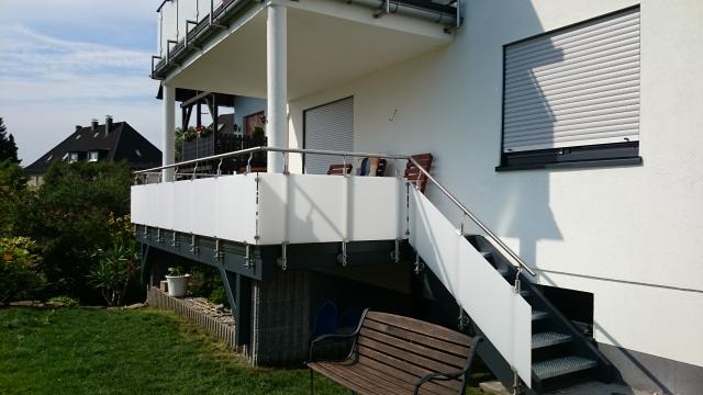 balkon mit unterbau unter verwendung eines edelstahlgel nders mit plexiglas holzbau hollweg. Black Bedroom Furniture Sets. Home Design Ideas